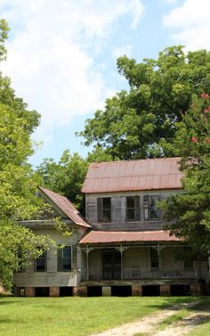 Old home in Keachi, Louisiana. Wish I could fix it up and move in! Louisiana History, Louisiana Homes, Abandoned Mansions, Abandoned Places, Old Southern Homes, Beautiful Homes, Beautiful Places, Louisiana Plantations, Spooky Places