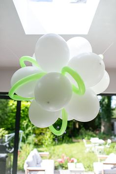 What an elegant way to turn cheap balloons into a scientific centerpiece!
