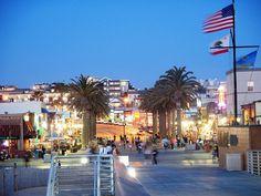 Hermosa Beach, California: Pier Ave: where the nightlife is.