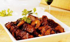 Carne de porco nordestina Feita com lombo de porco e camarão, a carne de porco nordestina leva o vinho branco na marinada, que garante o sabor único.