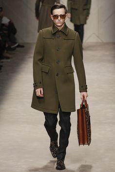 Burberry Prorsum en el Milan Fashion Week en su Fall MEN 13, presenta parka en el color estrella: verde.
