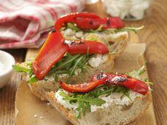 Italienisches Weißbrot (Ciabatta) mit Ziegenkäse, Rauke und Paprika vom Grill ist ein Rezept mit frischen Zutaten aus der Kategorie Gemüse. Probieren Sie dieses und weitere Rezepte von EAT SMARTER!
