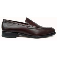 Zapato mocasín con antifaz y banda corrida en color burdeos de Yanko vista lateral