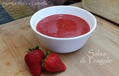 La salsa di Fragole è una purea di fragole e zucchero profumata al limone. Una salsa dolce che può accompagnare vari tipi di dolci.