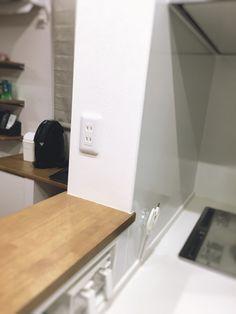 新築の際、コンセントの設置場所や数は重視すべき点です。 例えば、使いやすい工夫としてキッチンカウンターの上にコンセントを設けました。 この位置にコンセントがあると、キッチンの作業台でミキサーを使用する時も、 ダイニングテーブルでホットプレートを使う時も便利です。 Cool Rooms, Cabinet, Storage, Interior, Kitchen, House, Furniture, Home Decor, Houses