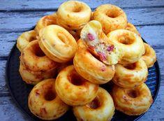 Donuts salés aux lardons et fromage (avec la machine à donuts) 130g de maïzena 50g de farine 200g de lardons fumés 3 œufs 75g de beurre fondu 1 sachet de levure 6 cuillères à soupe de lait (ou 90ml) 100g d'emmental râpé Sel, poivre