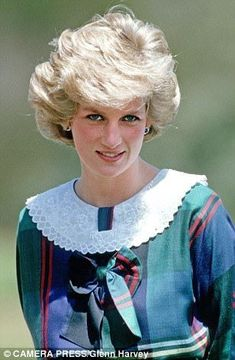 The one classic style that Princess Diana truly made her own was the frilly, romantic collar. Princess Diana Fashion, Princess Diana Pictures, Princess Diana Family, Royal Princess, Princess Of Wales, Spencer Family, Lady Diana Spencer, Charles And Diana, Isabel Ii