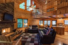 Georgia cabin rental - look at this large family sitting area! Bright and Cheerful!