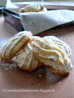 Pubblico o non pubblico quei biscottini fatti l'altro giorno buoni buoni (sono finiti in un lampo!) ma tremendi da fotografare?  Ho deciso: ...