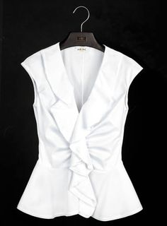 Carolina Herrera unveiled a pristine capsule collection under her ready-to-wear diffusion line CH, dedicated entirely to the classic white shirt. Blusas Carolina Herrera, Ch Carolina Herrera, Style Work, Classic White Shirt, Casual Outfits, Fashion Outfits, Beautiful Blouses, White Shirts, White Blouses