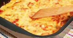 A húst tepsibe tette, megszórta felaprított hagymával és burgonyát tett rá, káprázatos ebéd lett belőle!