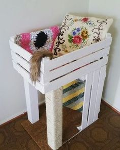 ♥️ Cool DIY Cat Stuff ♥️ DIY Pinspiration: Wooden crate cat bed and scratching post. No instructions but looks pretty simple... 2 crates, wood posts, rope and a carpet covered base.
