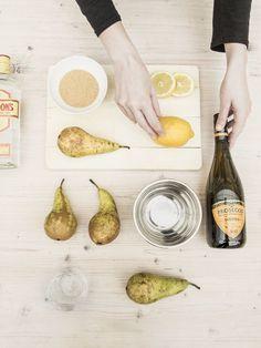 Unser Lieblingsrezept: Silvester Bowle mit Gin und Sekt. Dazu frische Früchte und Wasser.