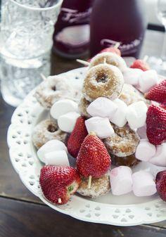 Strawberry-doughnut-marshmallow skewer from Kaikki mitä rakastin - Blogi | Lily.fi (Eeva Kolu)