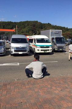今日は車で東京へ。 写真は休憩中の千住さん。 めちゃ開脚(笑)