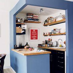 Sectorizar con color y aprovechar los estantes.