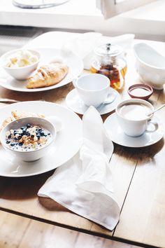 Sunnuntai / Sunday brunch yoghurt muesli croissant tea coffee