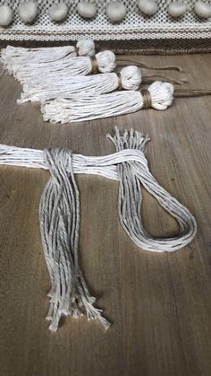 Borlas Tassels This is a quick and easy way to make a tassel with a twist Diy Home Crafts, Yarn Crafts, Handmade Crafts, Sewing Crafts, Arts And Crafts, Crochet Crafts, Hemp Crafts, Creative Crafts, Handmade Bags