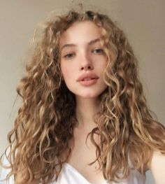 Do you like your wavy hair and do not change it for anything? But it's not always easy to put your curls in value … Need some hairstyle ideas to magnify your wavy hair? Curly Hair Styles, Natural Hair Styles, Natural Curls, Blonde Curly Hair Natural, Blonde Curls, Messy Curly Hair, Kinky Hair, Curly Hair White Girl, Blonde White Girl