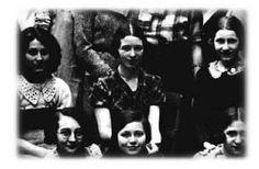 Simone de Beauvoir (centre), prof au Lycée Jeanne D'Arc, Rouen, 1933.Photographie Tourte & Petitin - Document J. Trumel-Mézières  (Source)