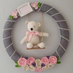 Guirlanda com flores e ursinho em crochè, medindo 45 cm de diametro.