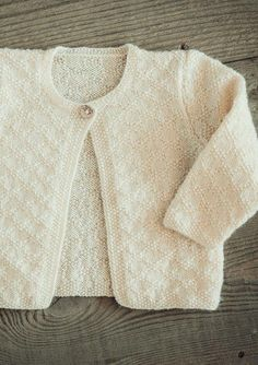 Baby strikketrøje i perlestrikmønster - Gratis Mayflower opskrift. Baby Cardigan, Baby Pullover, Baby Vest, Baby Clothes Patterns, Baby Knitting Patterns, Clothing Patterns, Toddler Outfits, Baby Boy Outfits, Drops Baby