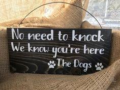 NO NEED TO knock dog sign/dog lover sign/barking dog sign/porch sign/welcome sign/crazy dog sign/per decor - pets - Hunde bilder Dog Quotes Funny, Funny Dog Signs, Dog Crafts, Chalk Crafts, Painted Letters, Hand Painted Signs, Thing 1, Porch Signs, Crazy Dog