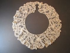 c1800 LONG ANTIQUE VENETIAN POINT PLAT LACE COLLAR, SCALLOPED EDGE