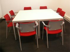 Klasycznie i nowocześnie zarazem: sala konferencyjna z tradycyjnym, prostokątnym stołem