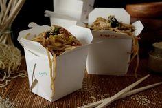 """Wer steht bitte nicht auf eine gepflegte Portion gebratene Nudeln vom China-Imbiss? Ich für meinen Teil könnte sie mir fast täglich holen, aber leider stelle ich danach immer wieder fest wie fettig, schwer und ungesund dieses """"Fast Food""""-Gericht doch ist. Damit soll jetzt Schluss sein, …"""