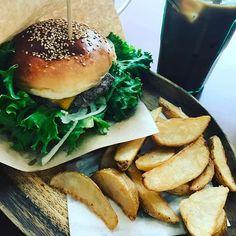 アボットキニーで ハンバーガーランチ🍔✨ 今回はボリューム少なめの チーズバーガーをチョイス💕 これぐらいで大満足でした😋 #栄ランチ#栄カフェ #栄ハンバーガー #アボットキニー #ハンバーガー #ハンバーガーランチ #チーズバーガー #ハンバーグ #肉 #ポテトフライも大好きだ