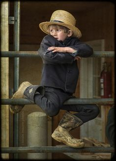 A picture of a little Amish boy, how adorable is he. Cool Baby, We Are The World, People Of The World, Amische Quilts, Amish Country, Country Life, Country Kitchen, Country Charm, Country Living