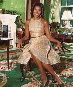 Obama shares White House holiday traditions, from decor to Mariah Carey First Lady, Michelle Obama in the green room; my favorite color. What a Beautiful photo.First Lady, Michelle Obama in the green room; my favorite color. What a Beautiful photo. Michelle Und Barack Obama, Michelle Obama Fashion, Barack Obama Family, Glamouröse Outfits, American First Ladies, American Women, American History, First Black President, Women's Fashion Dresses
