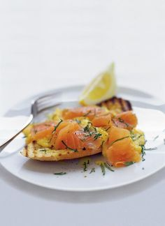 This smoked salmon recipe with scrambled eggs is to die for! Smoked salmon, eggs and sourdough – the dream combination for breakfast, brunch, lunch, or even dinner. Healthy Egg Recipes, Brunch Recipes, Fish Recipes, Breakfast Recipes, Cheese Recipes, Breakfast Ideas, Recipies, Jamie Oliver, Smoked Salmon Scrambled Eggs