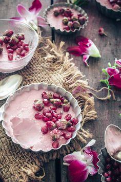 Pot de creme with pomegranate and rose Just Desserts, Dessert Recipes, Coctails Recipes, Drink Recipes, Bon Dessert, Pavlova, Mousse, Food Inspiration, Love Food