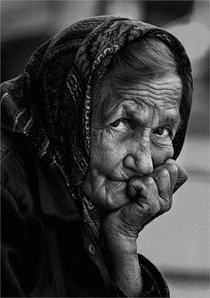 Humm! Elle aussi elle a était jolie...Donc je lui donne une place de choix...La vieillesse arrivera un jour pour tout le monde...respectons là...C'est inévitable!