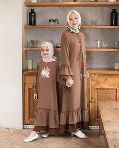 Hijab Style Dress, Casual Hijab Outfit, Muslim Women Fashion, Islamic Fashion, Simple Gown Design, Estilo Abaya, Mother Daughter Dresses Matching, Dress Anak, Modele Hijab
