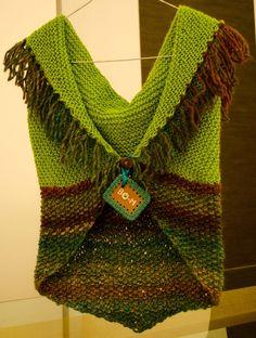 Totalmente feito à mão, em tricot. Crochet Waistcoat, Crochet Jumper, Knit Or Crochet, Crochet Shawl, Knitting Designs, Knitting Stitches, Knitting Patterns, Crochet Patterns, Form Crochet