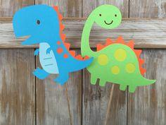 Dinosauro compleanno centrotavola decorazioni.  Dinosauri misureranno circa 5 alto e saranno il 6 o 12 pollici bastoni usare lelenco a discesa per scegliere! Riceverai 1 di ogni disegno - totale di 2.  3 pezzi centrotavola è disponibili pure se vuoi attaccare il 3 ° per dire ruggire o un numero per il nome del bambino!  Toppers cupcake di corrispondenza: https://www.etsy.com/listing/225457368/dinosaur-cupcake-toppers-dinosaur-party  Bandiera corrispondente: https:&#x2...