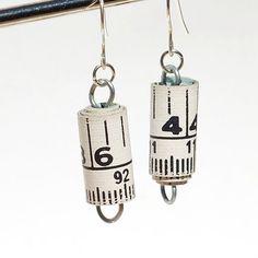"""Vanhasta mittanauhasta valmistetut korvikset. Luulen, että näiden valmistamiseen sopii paremmin """"paperinen"""" mittanauha, kuin muovipinnoitettu. Muutoin voi varmasti soveltaa paperihelmien valmistusohjeita. Found Object Jewelry Upcycled Tape Measure Earrings by Tanith"""