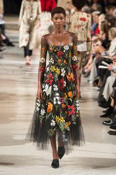 Oscar de la Renta Fall 2018 Ready-to-Wear collection, runway looks, beauty, models, and reviews.