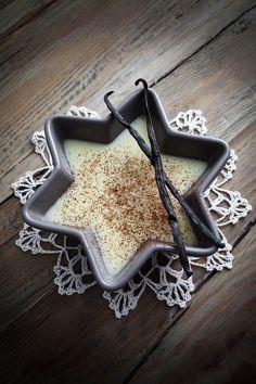 La gelatina de rompope y vainilla es ideal para estas fechas ya que tiene un sabor delicioso y puedes hacerla en moldes con distintas formas, como en este caso de estrella.