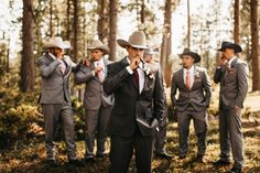 Groomsmen photo ideas with cigars and cowboy hats Country Groomsmen Attire, Cowboy Groomsmen, Fall Groomsmen, Groomsmen Outfits, Groom And Groomsmen Attire, Cowboy Wedding Attire, Wedding Outfits For Groom, Wedding Tux, Fall Wedding