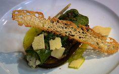 canelone Massa verde fresca recheada é servida com vinagrete e berinjela frita..chef claude