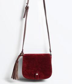 Bolsa feminina    Transversal     Com tassel     Com mini lapela    Marca…