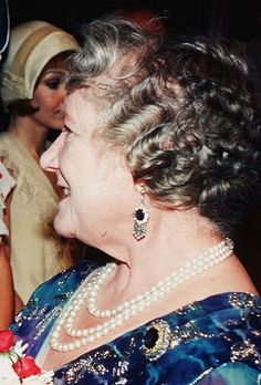 Queen Elizabeth the Queen Mother wearing her diamond and sapphire fringe earrings (resurfaced in october 2015 on the duchess of Cambridge), her russian sapphire brooch (now worn by Queen Elizabeth II), and a three strand pearl necklace. Royal Queen, Queen Mary, King Queen, Lady Elizabeth, Princess Elizabeth, Windsor, Queen Elizabeths Sister, Reine Victoria, Queens Jewels