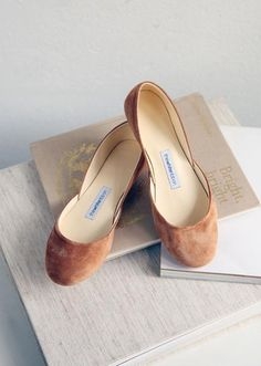 Our Berlin based brand creates wedding shoes, leather ballet flats and classic Derby shoes for lovers of minimalist beauty and pure comfort. Handmade in our own Atelier with the highest quality leather fabrics. Ballerinas Outfit, Ballet Flats Outfit, Ballerina Shoes, Leather Ballet Flats, Flat Shoes, Minimalist Beauty, Ethical Fashion Brands, Bridesmaid Shoes, Derby Shoes