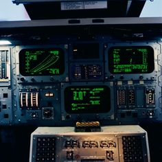 March 1979 – An interior view of a space shuttle mission simulator at Johnson Space Center, showing the displays and controls between the commander and pilot positions. The computer displays are. Star Citizen, Space Shuttle Interior, K Dick, Johnson Space Center, Flight Deck, Visual Effects, Data Visualization, Spacecraft, Constellations