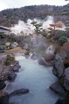 露天風呂 #japan #hotsprings #japon #onsen Spring Spa, Spring Resort, Japanese Hot Springs, Outdoor Baths, Short Trip, Japan Travel, Beautiful Places, Beautiful Pictures, Bronn
