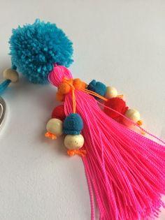 elcuadernodeideas: Bolso de lino bordado Pom Pom Crafts, Yarn Crafts, Fabric Crafts, Tassel Keychain, Diy Keychain, Hippie Crochet, Passementerie, Beaded Garland, Arts And Crafts
